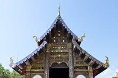 Iglesia tailandesa del estilo de Lanna con el cielo azul Imagenes de archivo