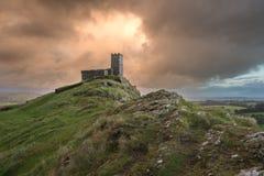 Iglesia tempestuosa Devon Reino Unido del brentor fotografía de archivo