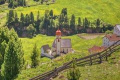 Iglesia tirolesa en un día soleado foto de archivo