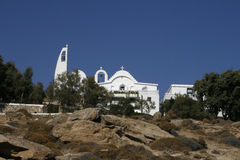 Iglesia tradicional en Grecia con una campana Panorama Fotos de archivo libres de regalías