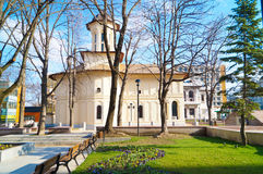 Iglesia a través del árbol Fotos de archivo