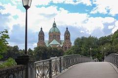 Iglesia a través del puente imagen de archivo libre de regalías