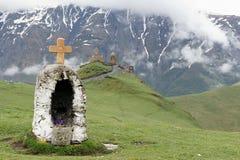 Iglesia Tsminda Sameba y capilla en el Cáucaso Imágenes de archivo libres de regalías