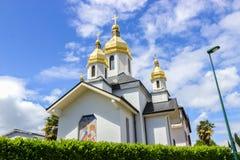 Iglesia ucraniana de la Virgen Dormition contra el cielo azul Lourdes, Francia, Hautes los Pirineos Imagen de archivo libre de regalías