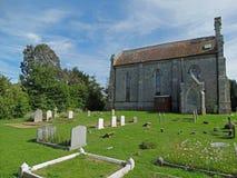 Iglesia vieja con el cementerio en la isla inglesa del Wight Foto de archivo