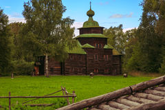Iglesia vieja de la ciudad rusa antigua Foto de archivo libre de regalías