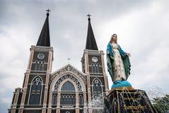 Iglesia vieja de la estatua de Roman Catholic Christianity y de la Virgen María Imagen de archivo libre de regalías