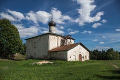 Iglesia vieja debajo de los cielos claros Imagen de archivo