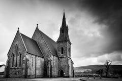 Iglesia vieja en blanco y negro imagen de archivo libre de regalías