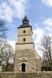 Iglesia vieja en el pequeño pueblo fotos de archivo