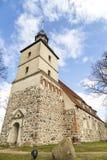 Iglesia vieja en el pequeño pueblo fotografía de archivo