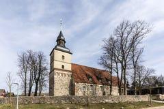 Iglesia vieja en el pequeño pueblo del Benz foto de archivo