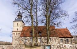 Iglesia vieja en el pequeño pueblo del Benz fotografía de archivo libre de regalías