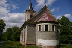 Iglesia vieja en el pueblo Miedzianka Polonia imagen de archivo