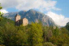 Iglesia vieja en Francia con las montañas Fotos de archivo