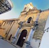 Iglesia vieja en la calle de La Habana Imagenes de archivo