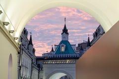 Iglesia vieja en la puesta del sol a través del arco Fotografía de archivo libre de regalías