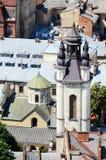 Iglesia vieja en Lvov, Ukraine.View del ayuntamiento Foto de archivo