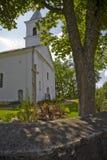 Iglesia vieja en una pequeña aldea. Foto de archivo libre de regalías