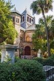 Iglesia vieja entre las palmeras foto de archivo