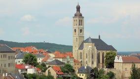 Iglesia vieja hermosa con la torre de reloj en pequeña ciudad en la región de Bohemia en Checo almacen de video