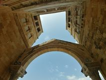 Iglesia vieja que alcanza el cielo imagenes de archivo