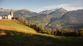 Iglesia vieja que pasa por alto el valle de Aosta, Saint Nicolas, Italia Imágenes de archivo libres de regalías
