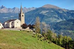 Iglesia vieja que pasa por alto el valle de Aosta, Saint Nicolas, Italia Imagenes de archivo