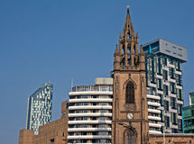 Iglesia vieja y apartamentos modernos de la nueva alta subida Imagenes de archivo