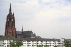 Iglesia vieja y casas modernas en Francfort, Alemania Fotografía de archivo