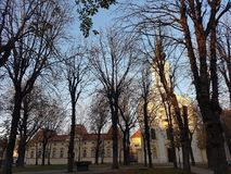 Iglesia y árboles en parque grande fotos de archivo libres de regalías