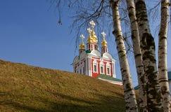 Iglesia y abedul del monasterio de Novodevichy Imagen de archivo