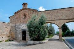 Iglesia y arcos de San Jacopo panorámicos en San Gimignano Fotos de archivo libres de regalías