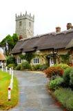 Iglesia y cabañas de Godshill Imagen de archivo libre de regalías