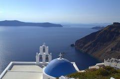 Iglesia y caldera de Santorini Foto de archivo libre de regalías