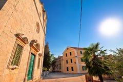 Iglesia y calle de piedra de la isla de Zlarin fotografía de archivo