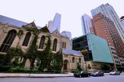 Iglesia y calle en Chicago céntrica Fotos de archivo