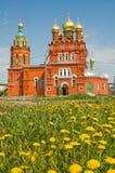 Iglesia y camomiles fotos de archivo libres de regalías