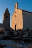 Iglesia y campanario de Lubenice en la última hora de la tarde en Cres Imagenes de archivo