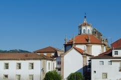 Iglesia y casas, edificios en Chaves portugal fotografía de archivo libre de regalías