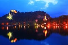 Iglesia y castillo en el lago sangrado por la tarde de Eslovenia Fotografía de archivo libre de regalías