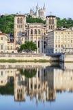 Iglesia y catedral con la reflexión en soane en la ciudad de Lyon Imágenes de archivo libres de regalías