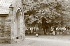 Iglesia y cementerio viejos en tono de la sepia Fotos de archivo libres de regalías