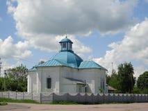 Iglesia y cielo con los cloudes Foto de archivo libre de regalías