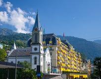 Iglesia y edificio de varios pisos hermoso, Suiza imagenes de archivo