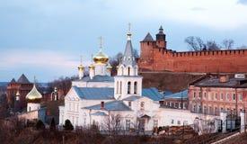 Iglesia y el Kremlin panorámicos Nizhny Novgorod de la opinión de abril de la primavera Foto de archivo