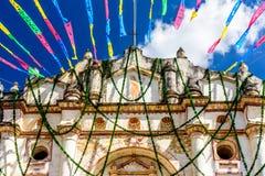 Iglesia y empavesado festivo, Guatemala Foto de archivo libre de regalías