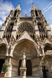 Iglesia y estatua de Saint Vincent de Paul Imagenes de archivo