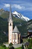 Iglesia y Grossglockner de Heiligenblut en Austria Imágenes de archivo libres de regalías