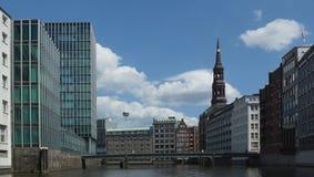 Iglesia y HafenCity - Hamburgo - Alemania - Europa del St. Catherine Foto de archivo